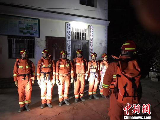 云南鲁甸4.9级地震:救援力量已达震中 部分房屋开裂