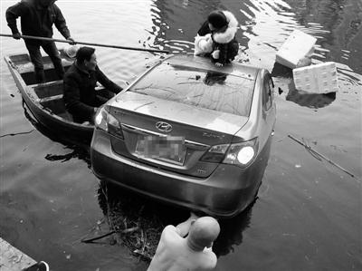 母女连车带人掉入河中 村民跳到冰冷河中施救