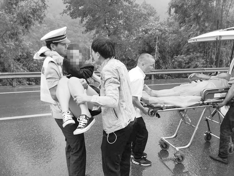 """分水关连环追尾,司机""""整个人都吓傻了"""" 众人解救被困者"""