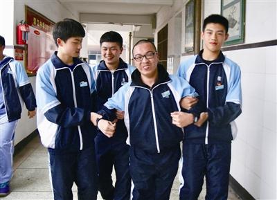 """瑞安三学子搀扶同学三年 放心!我们就是你的""""双腿"""""""